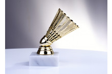 Badminton-Trophäen in goldglanz auf echtem Marmor