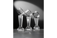Noblesseglas-Trophäenserie auf Kristallsäulen und Glaswürfel
