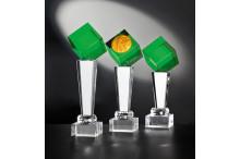 Noblesseglas-Trophäenserie auf Kristallsäulen und Glaswürfel Smaragdlook