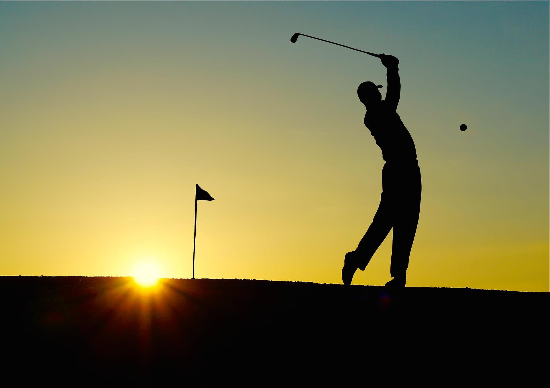 Golf Turnier im Sonnenuntergang